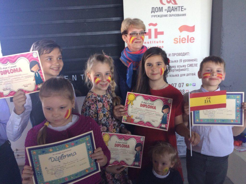 Дети с сертификатами об спешном окончании курсов испанского языка